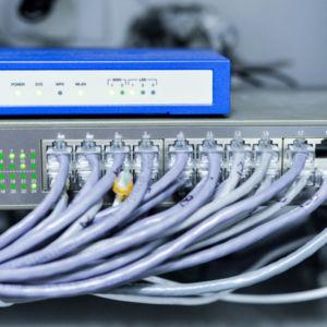 Netzwerkverteilung, Netzwerkverkabelung, Installation von Netzwerk-Switches und Patchpanels